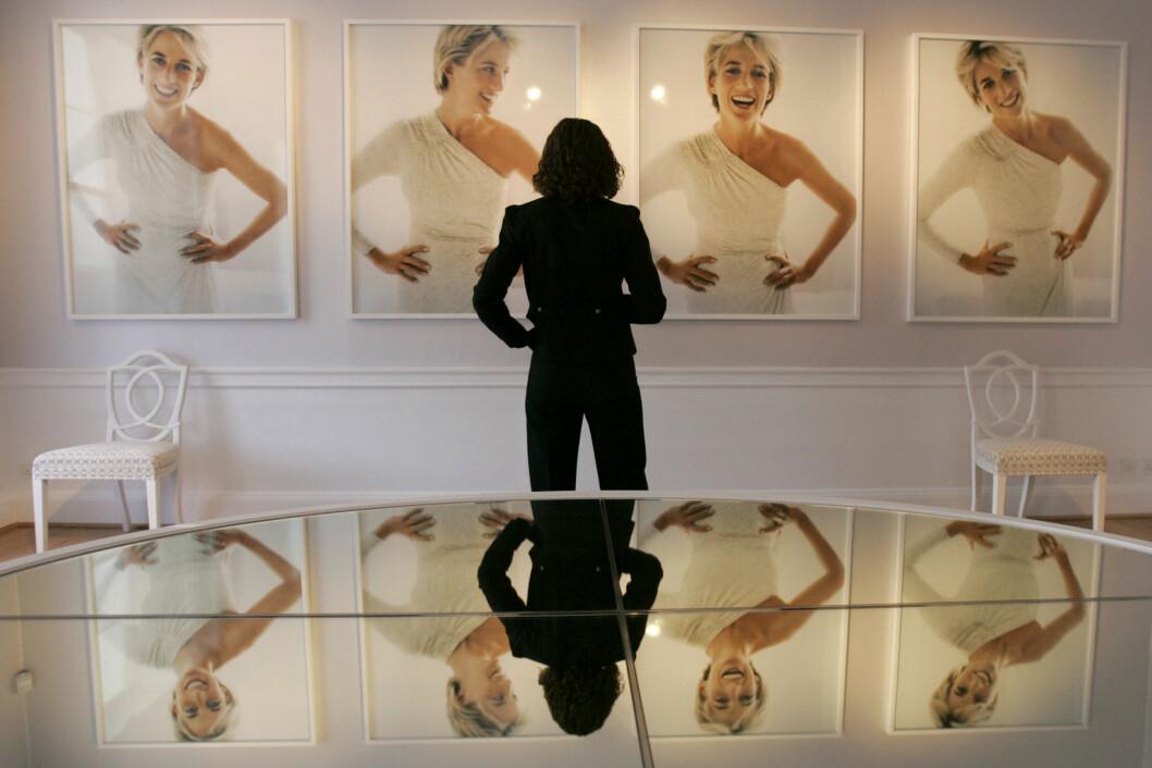 <strong>IKONISKE BILDER:</strong> I 1997 poserte Diana for den anerkjente motefotografen Mario Testino. Bildene var egentlig planlagt publisert i en fotoserie for Vanity Fair. Her fra utstillingen i 2005. Foto: NTB Scanpix|