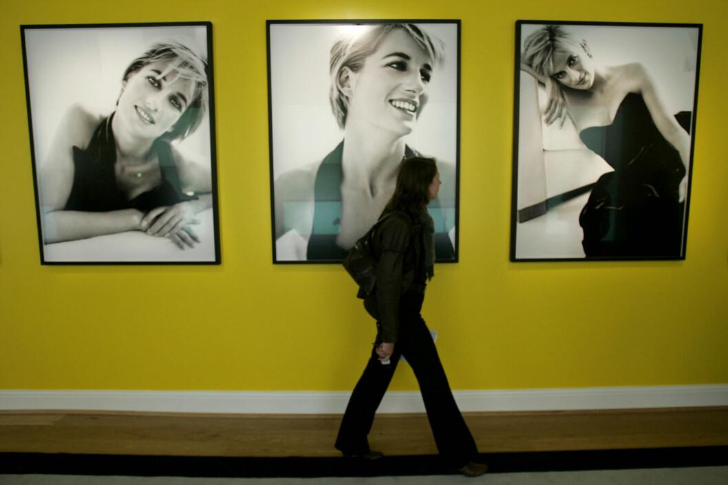 <strong>UTSTILLING:</strong> Flere av Testino-bildene av Diana ble stilt ut på Kensington Palace i London i 2005.  Foto: NTB Scanpix