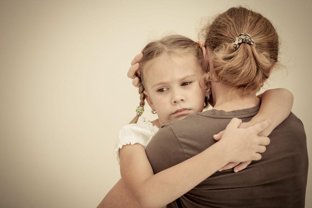 <strong>TRYGGHET:</strong> Barn med selektiv mutisme kan ofte snakke normalt hjemme, eller med en god venn, men være taus foran andre mennesker. Foto: Shutterstock / altanaka