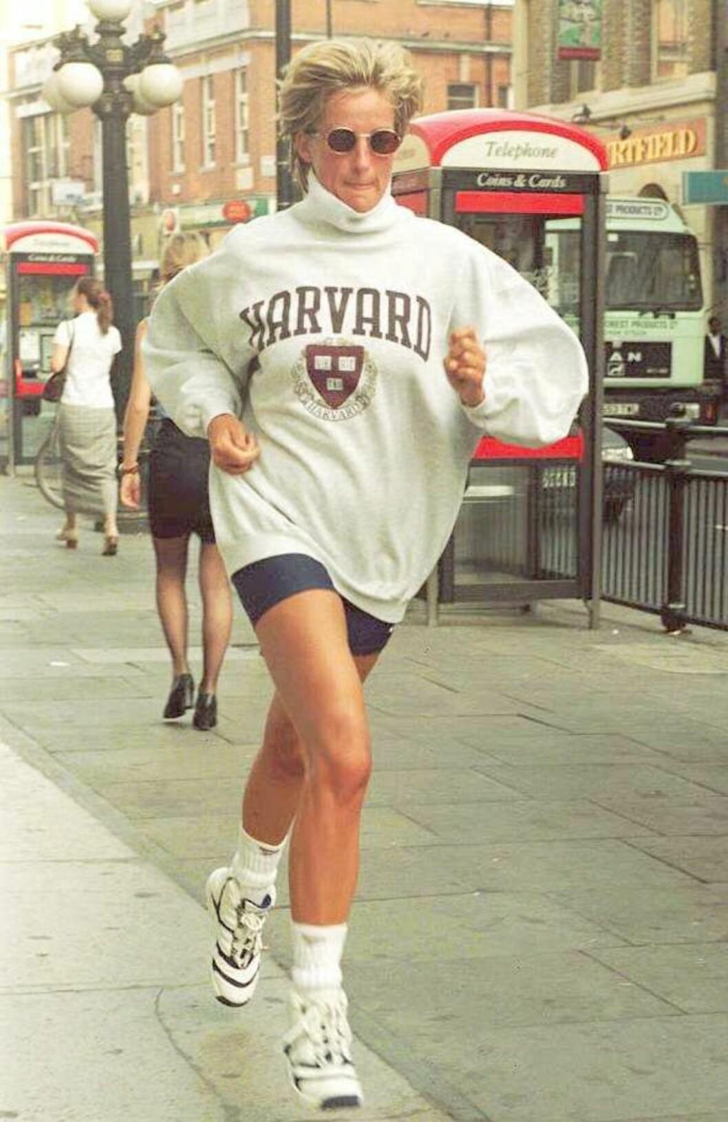 <strong>SPORTY:</strong> Diana likte å holde seg i form. Her ble hun fotografert løpende på vei til bilen sin etter en treningsøkt i London den 21. august 1997 - 10 dager før hun ble drept i den fatale bilulykken i Paris. Foto: NTB Scanpix