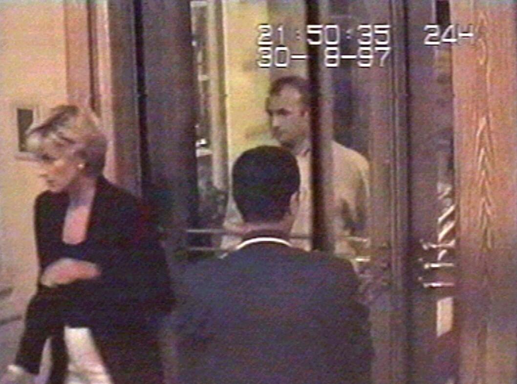 <strong>DEN SISTE KVELDEN:</strong> Diana på vei ut av Hotel Ritz for å spise middag med kjæresten Dodi Fayed i Paris 21.50 lørdag kveld. To og en halv time senere er begge døde. Foto: NTB Scanpix