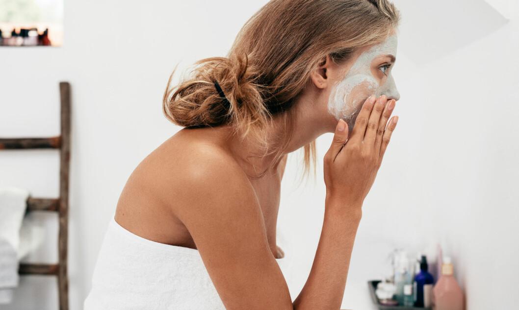 ANSIKTSMASKE: Unngå dette rett før du skal sminke deg om morgenen. Foto: Shutterstock / Jacob Lund