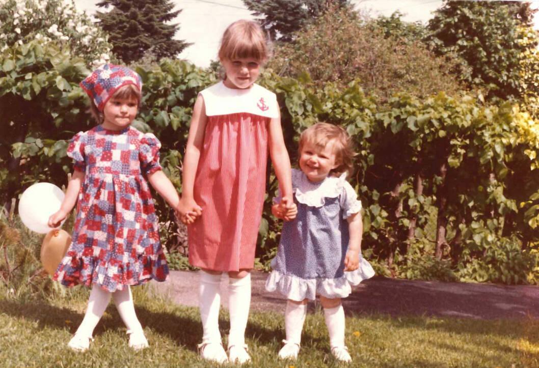 FOTOGRAFERING: Tre søstre pyntet til fest og fotografering til familiealbumet. f.v: Tonje, Hilde og Ylva. Foto: Privat