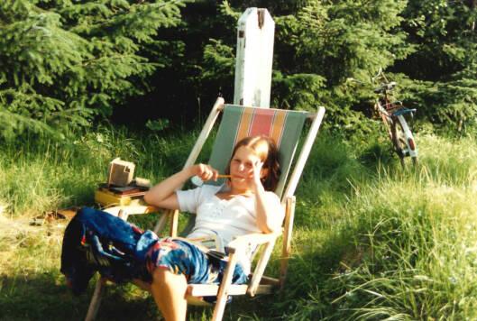 SOMMERIDYLL: Storesøster Hilde på hytta. Et glimt av sommerlykke. Foto: Privat
