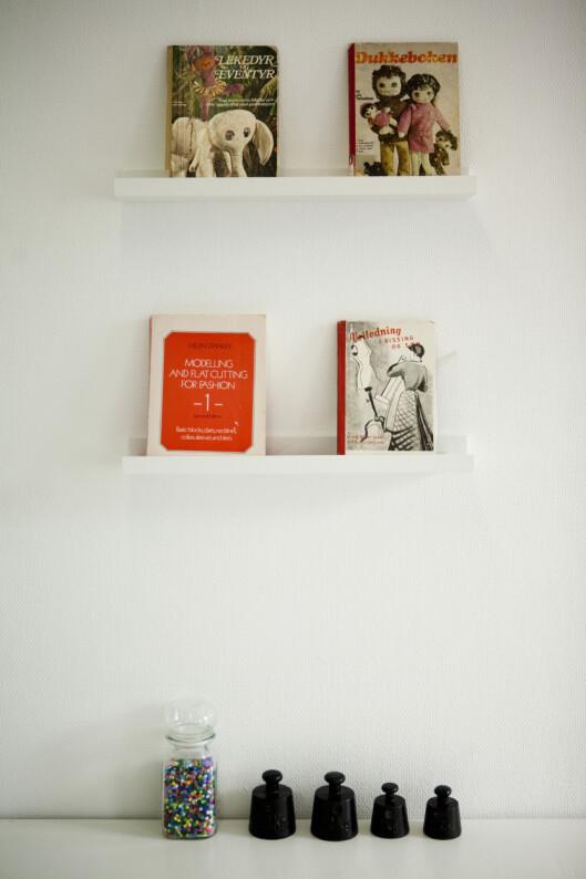 BARNEØKENE: Mari får inspirasjon av disse bøkene. Nostalgi på høyt nivå! Foto: Per Ervland