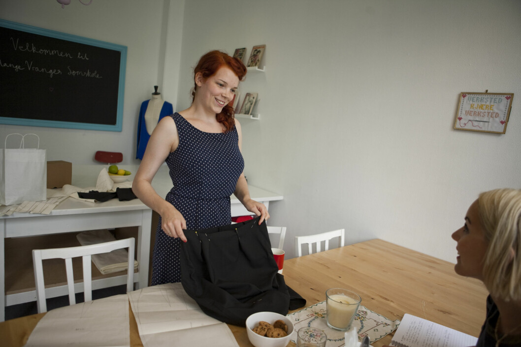 EKSEMPEL: Her viser Mari et skjørt hun holder på å lage. - Det er veldig gøy å kunne lage noe selv. Da får du plutselig et helt annet forhold til det, forteller hun. Foto: Per Ervland