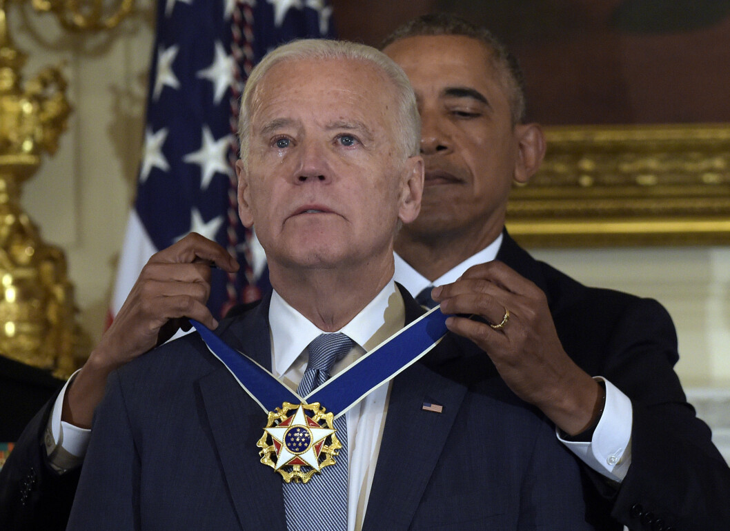 RØRENDE ØYEBLIKK: Joe Biden mottar the Presidential Medal of Freedom av president Barack Obama.  Foto: AP
