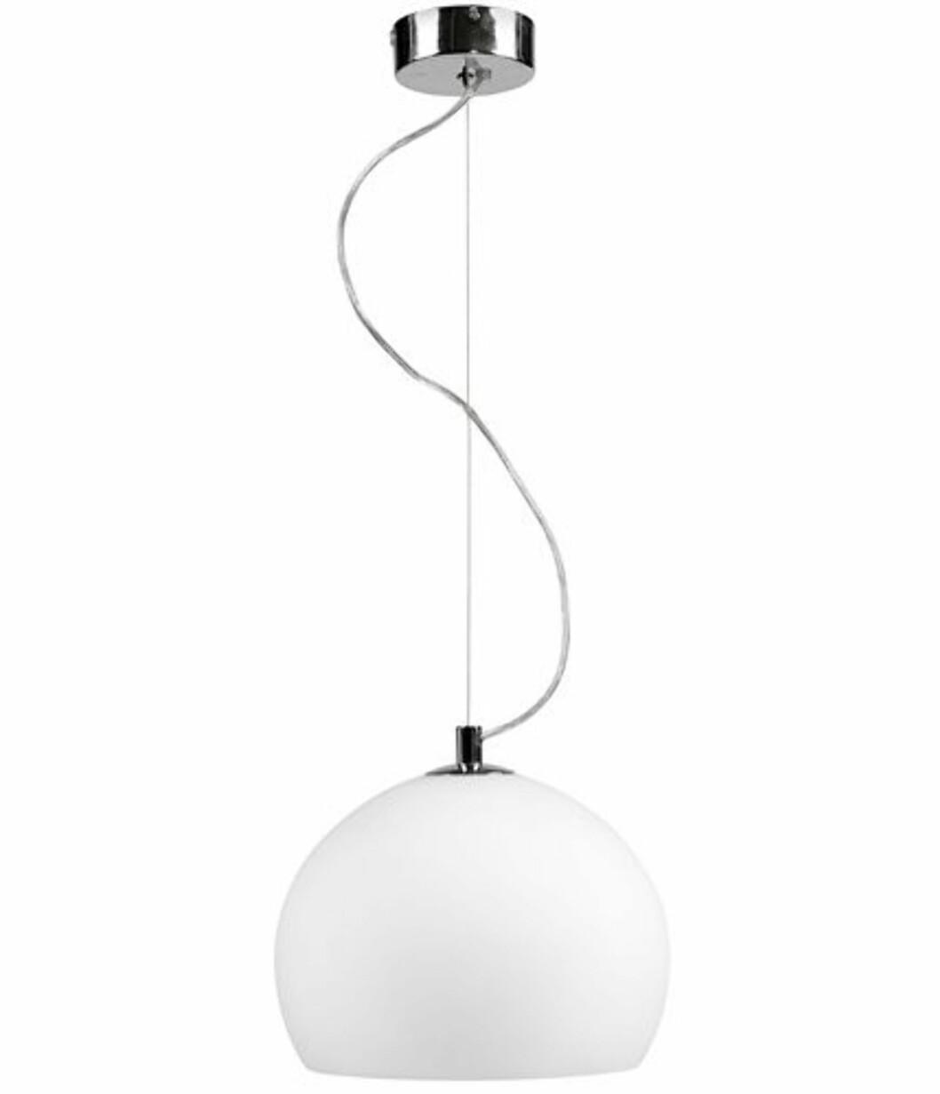 Snowball er pendellampe med skjerm i munnblåst glass og oppheng i tynn ståltråd (kr 999, Bolia).