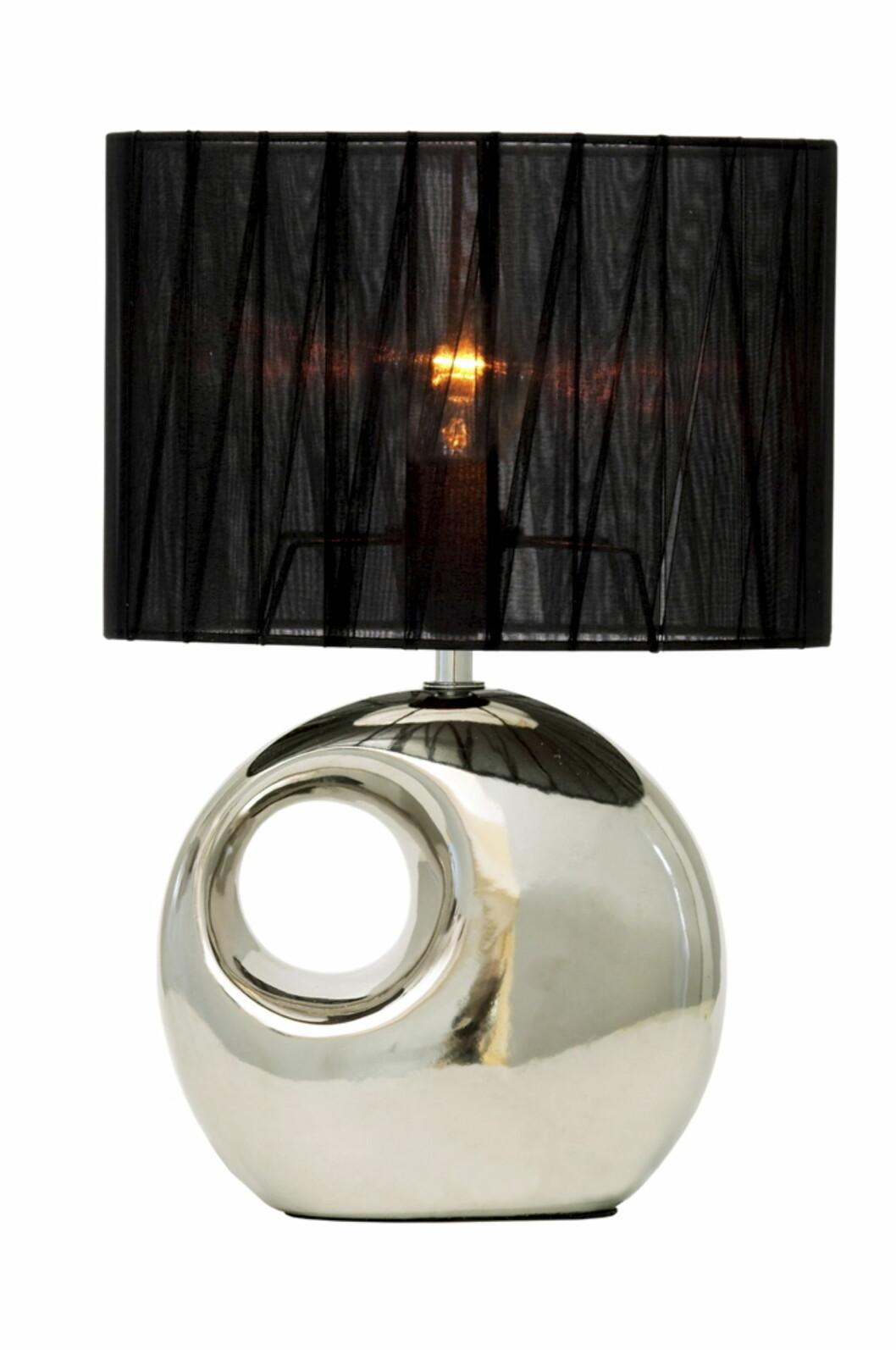 Hole bordlampe (H32cm) er laget av kjeramikk og har stoffskjerm. Passer også i vinduet (kr 300, Jotex).