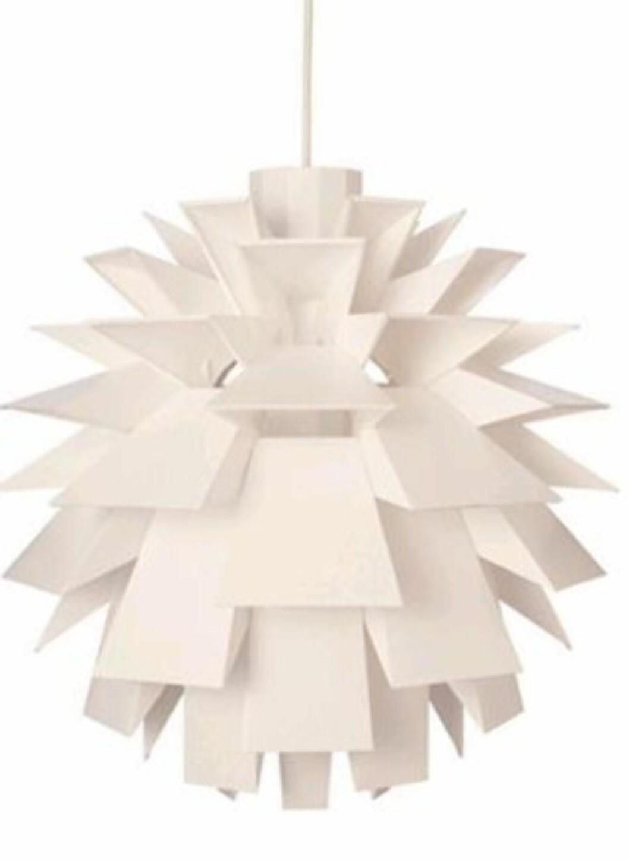 Normann Copenhagen (D51cm) er en kul taklampe laget av en spesiell plastfolie som ikke skal være brannfarlig (kr 895, Designerlife).