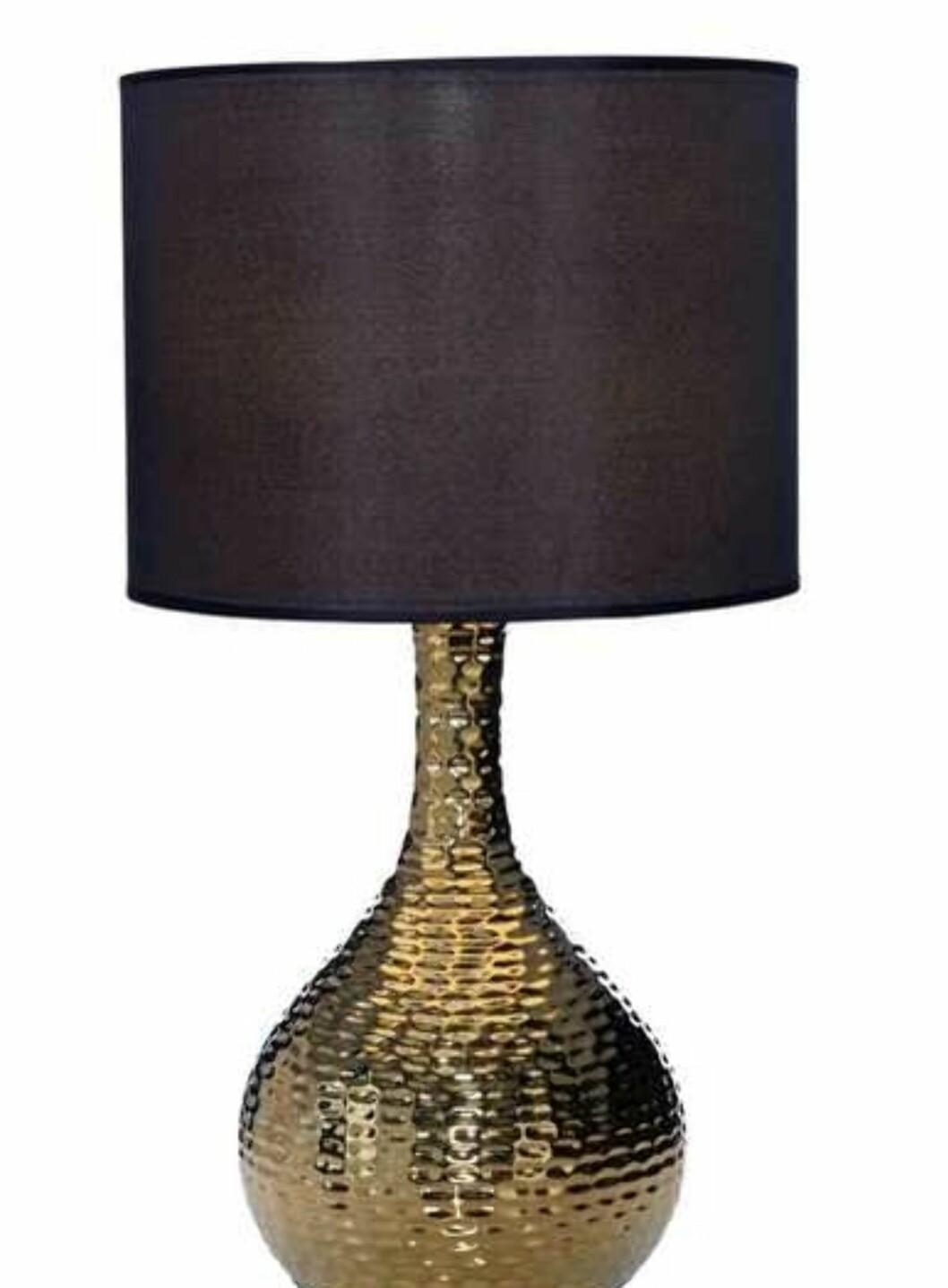 Bordlampe (H47cm) med fot av lakkert keramikk. Glatt tekstilskjerm. Kommer både i sølv og gull (kr 250, Ellos).