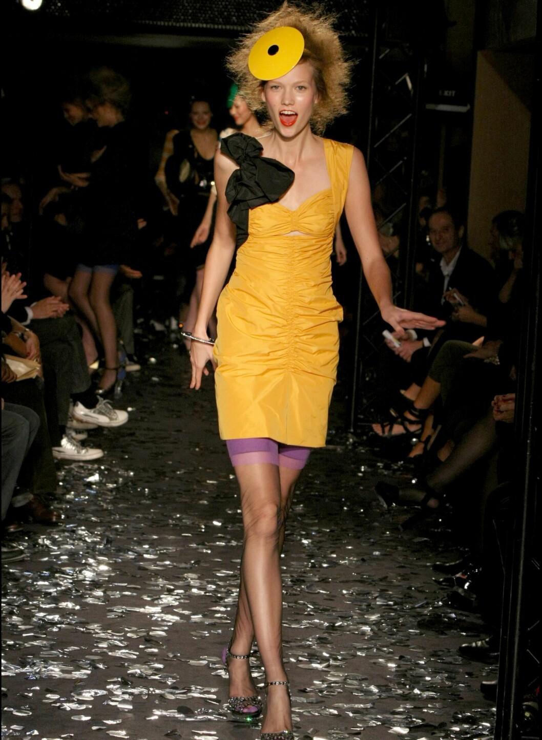 Sonia Rykiel har nylig designet to kolleksjoner for H&M. På designerens vårvisninger kunne vi se denne knallgule kjolen med tilhørende hatt.  Foto: All Over PressAll Over Press