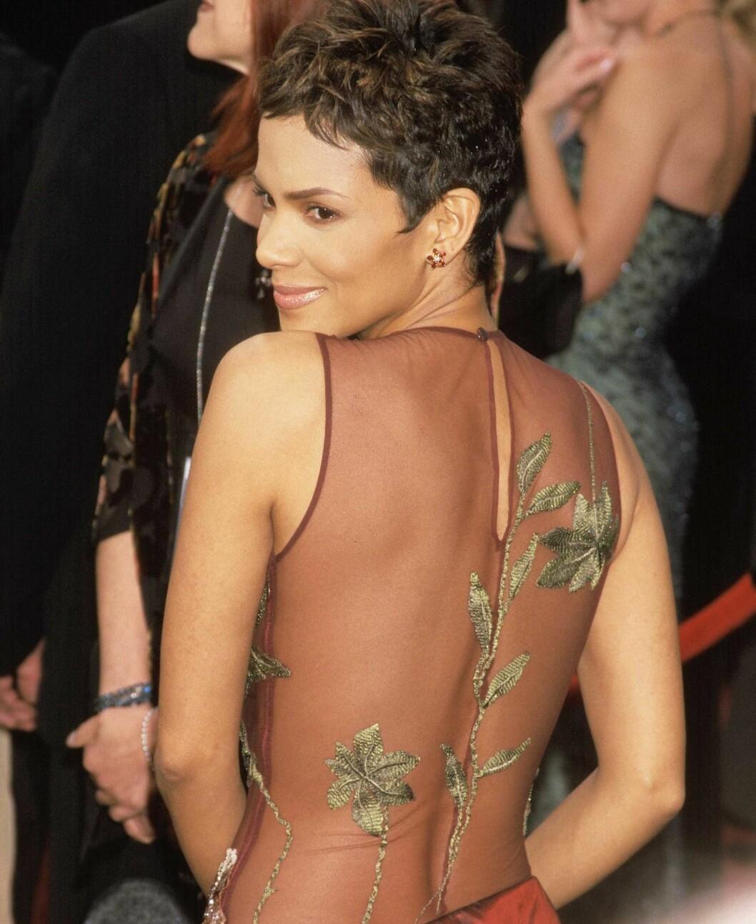 Halle Berry vant Oscar i 2002 og nå for den fresheste frisyren. Det superkorte håret kler ansiktet hennes godt og står i fin kontrast til den utfordrende kjolen. Foto: All Over Press