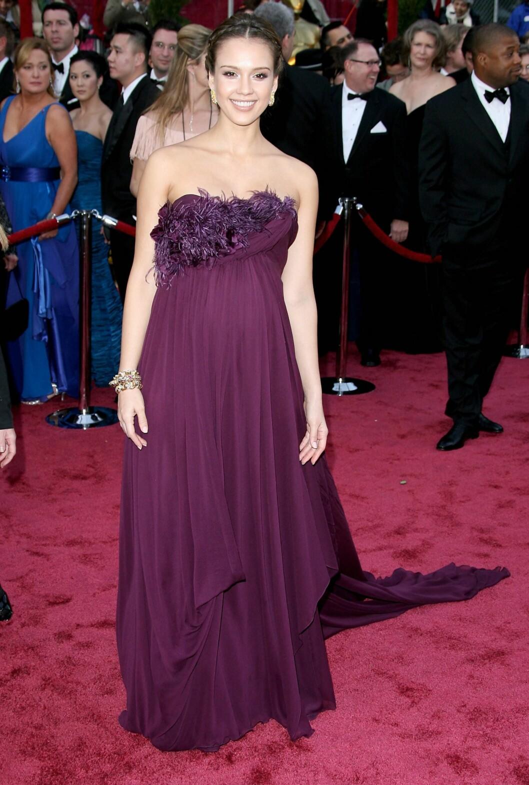 Jessica Alba var både vakker og gravid på den røde løperen. Foto: All Over Press