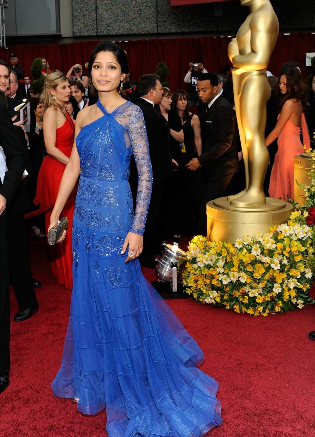 Skuespiller Freida Pinto har ingenting å skamme seg over på den røde løperen i denne flotte kreasjonen. Foto: All Over Press