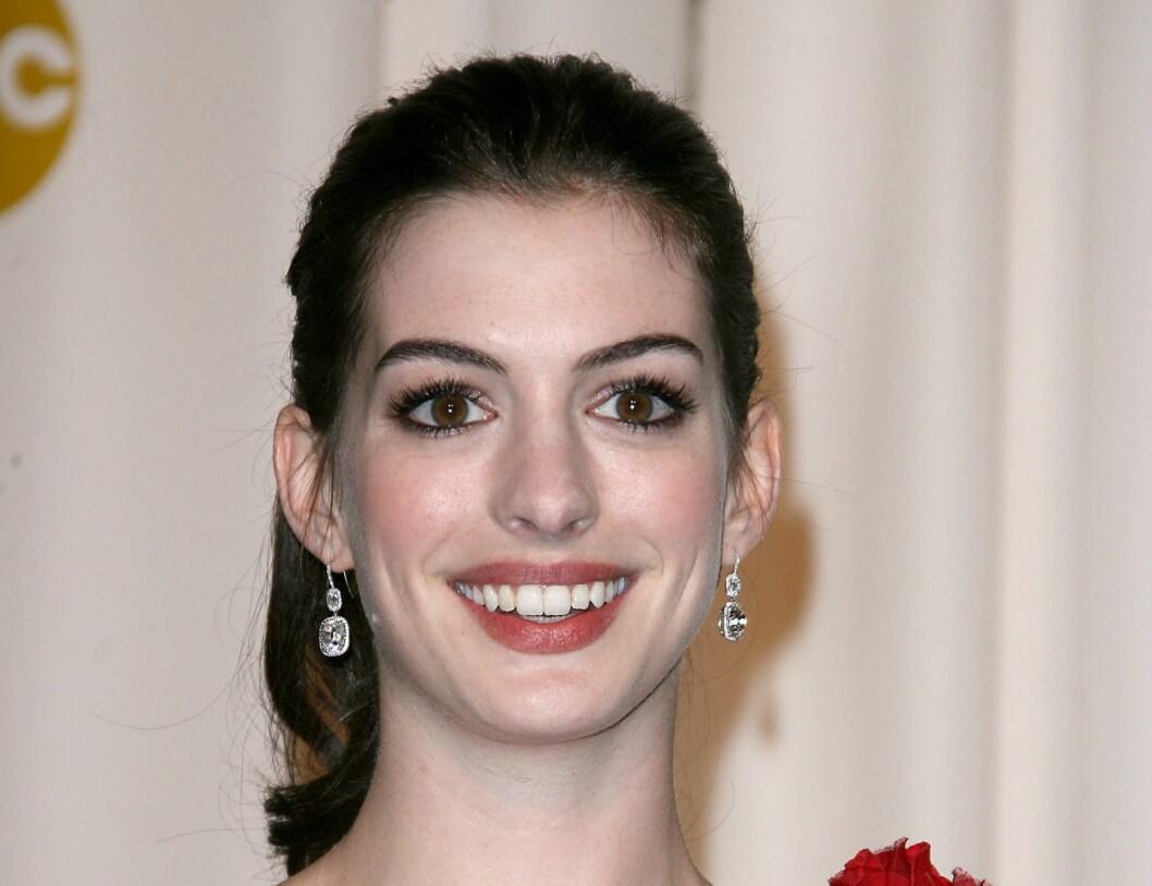 Anne Hathaway i en sofistikert hestehale. Foto: All Over Press