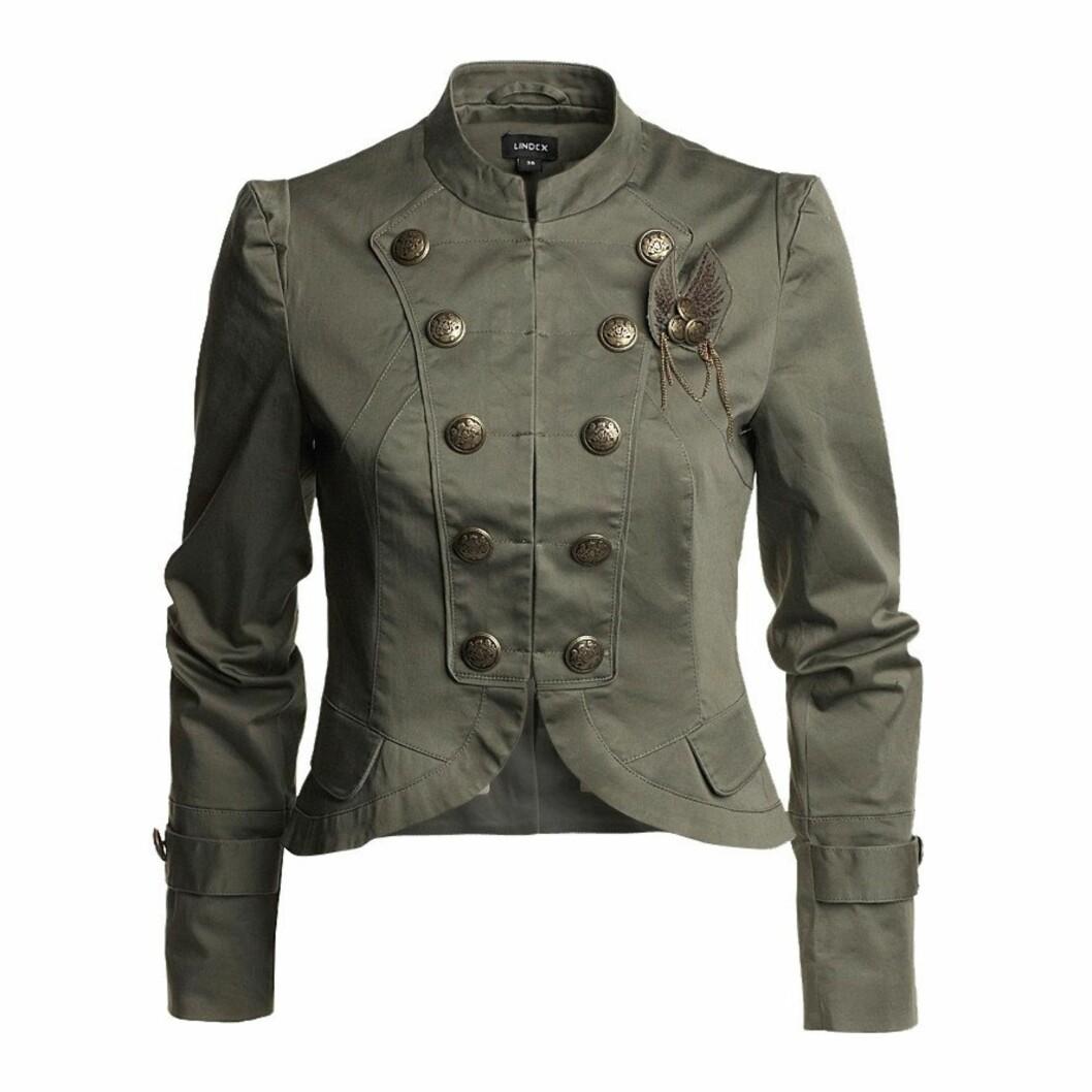 Uniforminspirert jakke med feminint snitt (kr 499/Lindex) Foto: Produsent