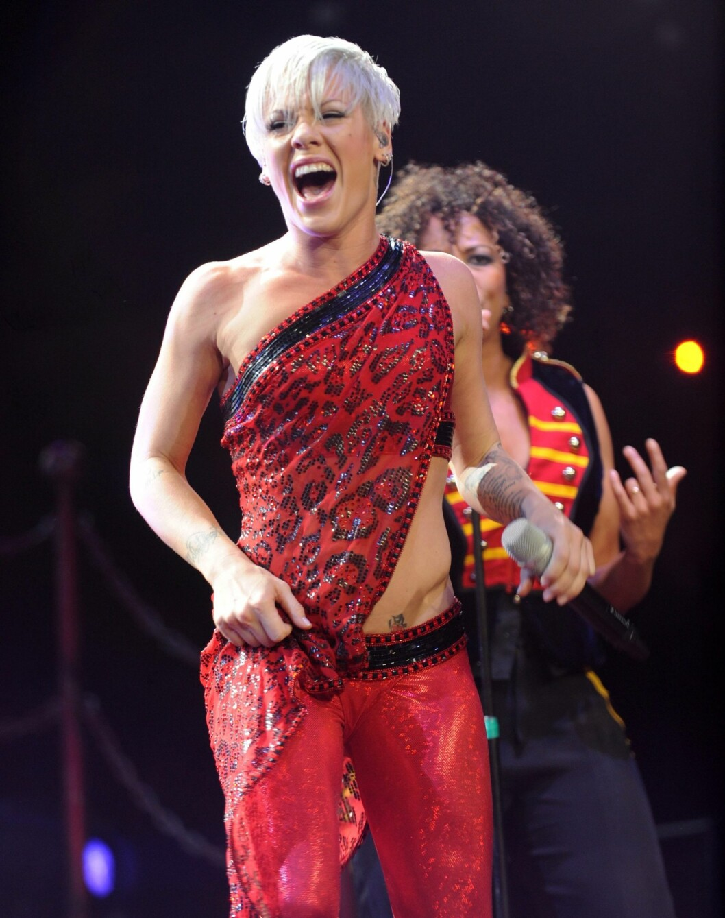 Pink på scenen i et utfordrende og tøft antrekk. Foto: All Over Press