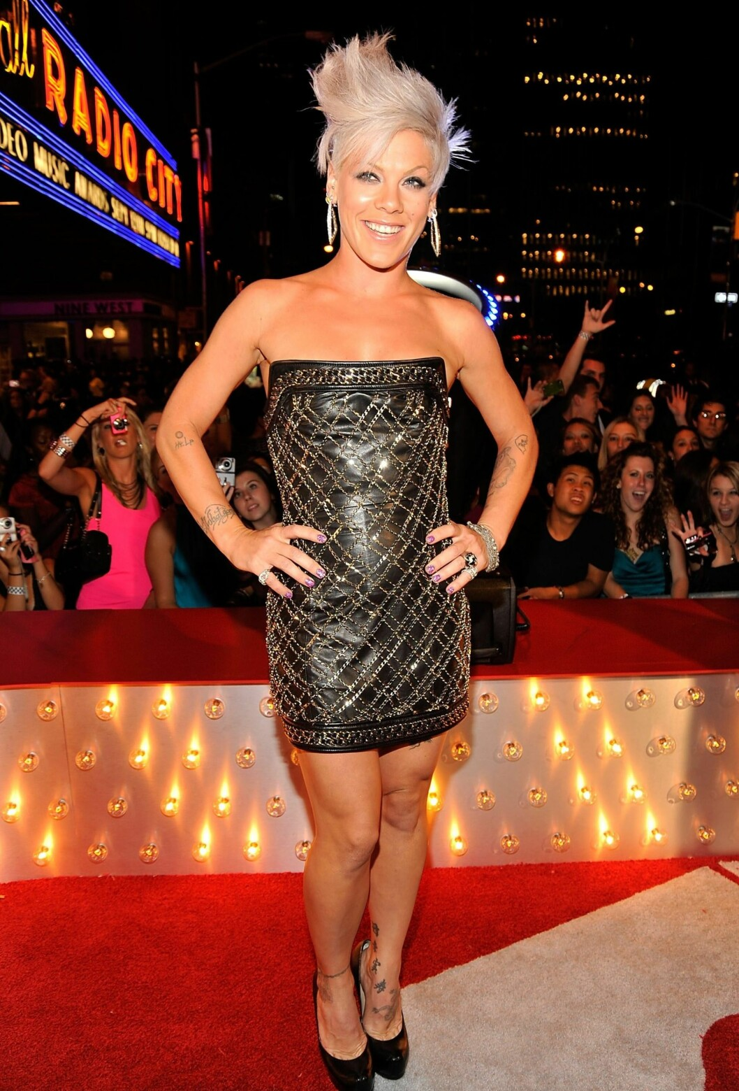 Pink i en minikjole fra Balmain på 2009 MTV Video Music Awards. Shakira dukket opp på samme fest i samme kjole.  Foto: All Over Press