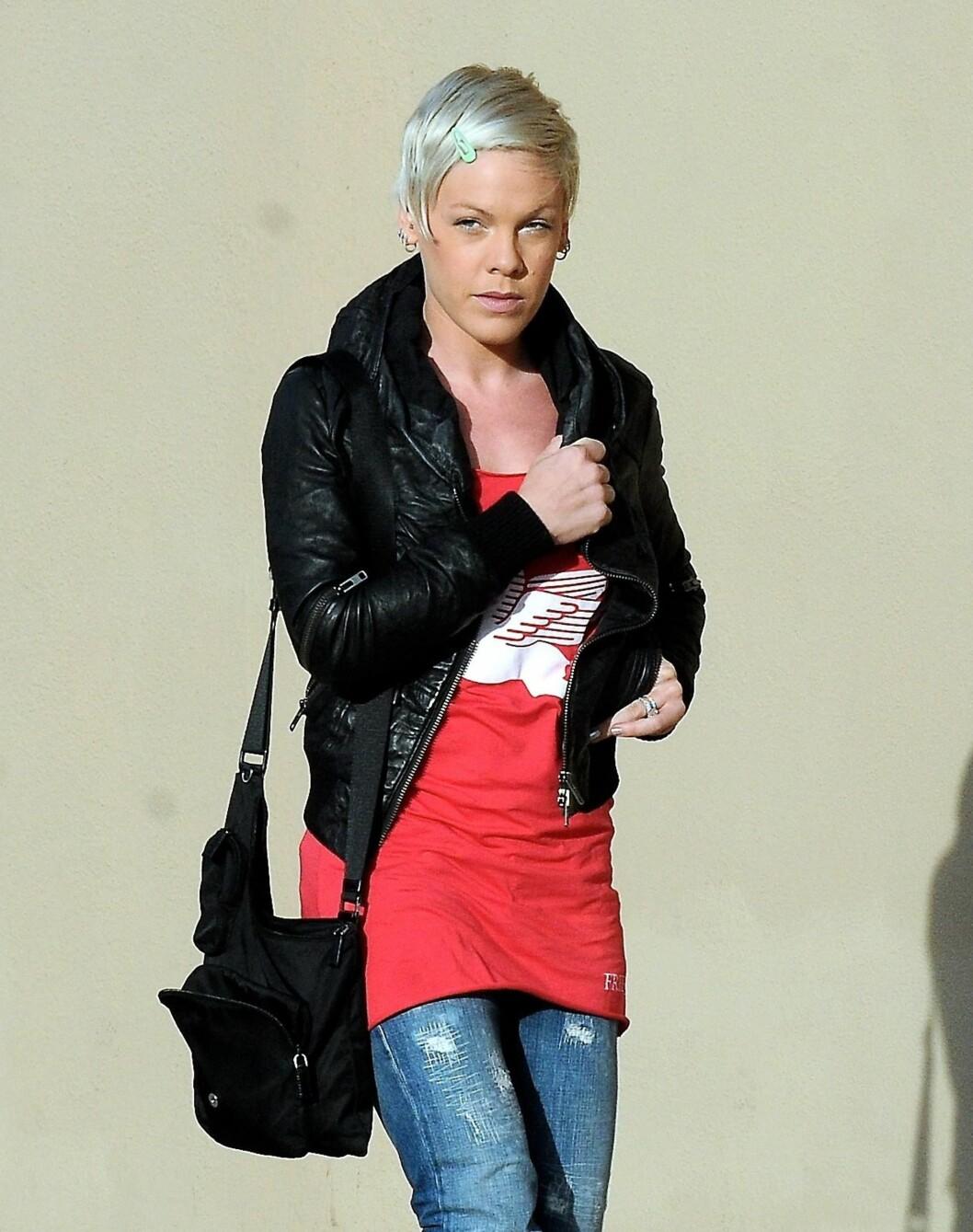 Pink i skinnjakke, trang topp og slitte jeans. Foto: All Over Press