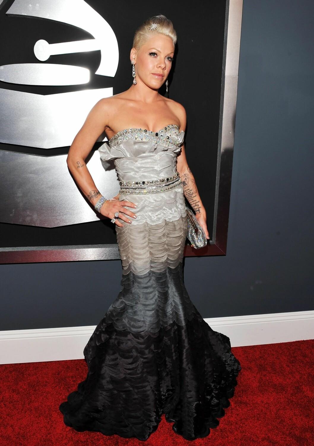 Tidligere i år dukket Pink opp på Grammy Awards i denne havfruekjolen, og begynner å vise den romantiske siden av seg.  Foto: All Over Press