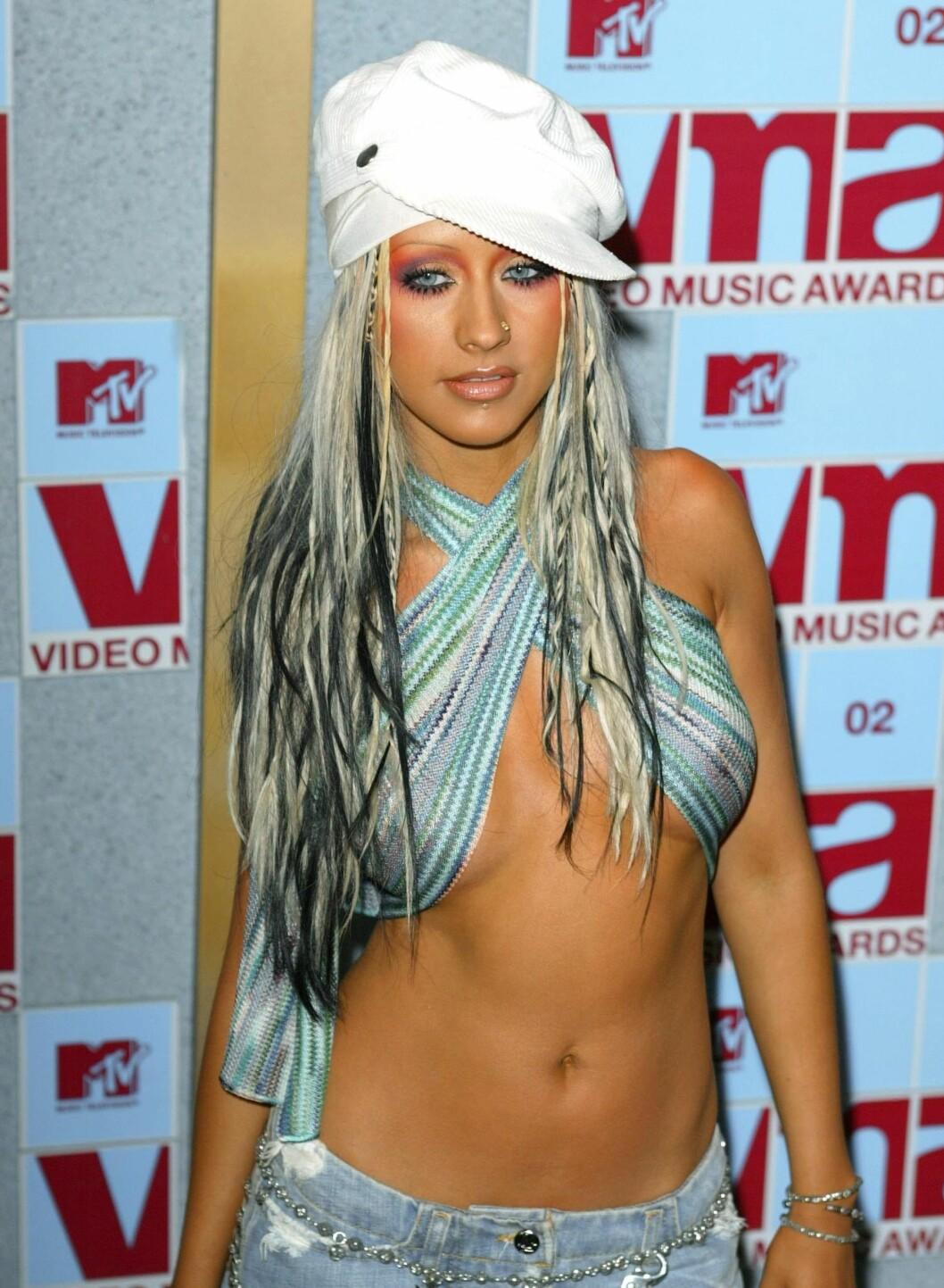 En periode var det platinafarget hår med sorte striper som gjaldt. Klesstilen er hip-hop-inspirert, med capsen på snei og bukser med lavt liv. Toppen er et kapittel for seg selv. Eller er det egentlig et skjerf? Foto: All Over Press