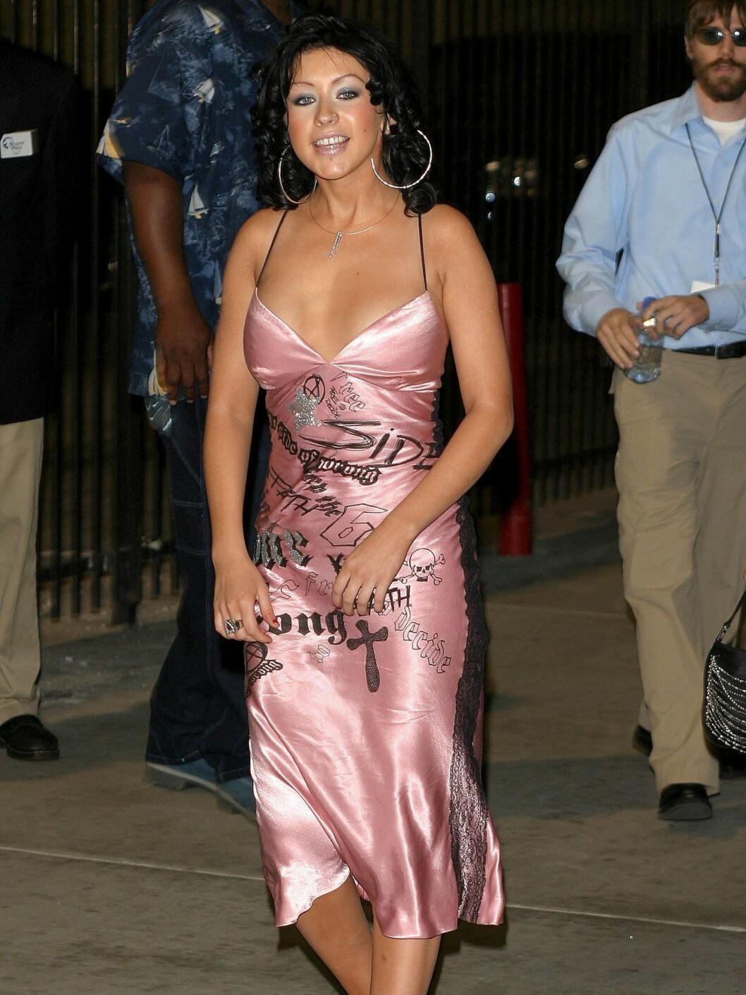 Sexy og utfordrende er stikkord for Christinas stil. Her i rocka silkekjole og sorte krøller i 2003. Foto: All Over Press