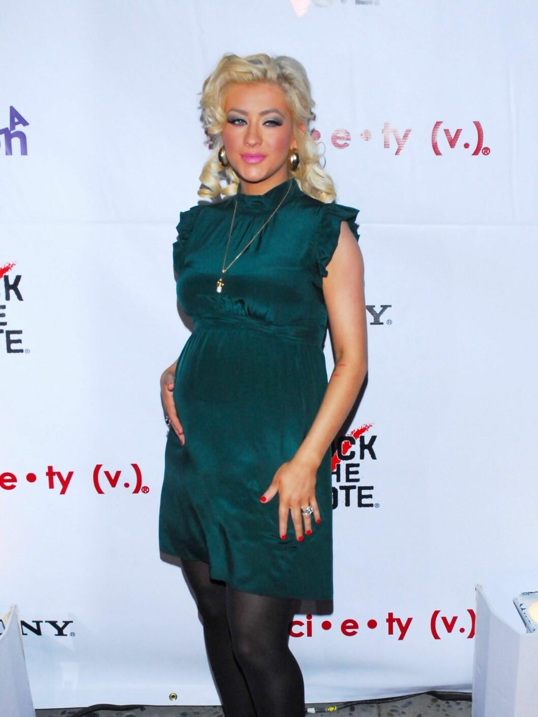 En gravid Christina i en uvanlig tekkelig kjole! Sminke og hår er imidlertid glamourøst som alltid. Foto: All Over Press