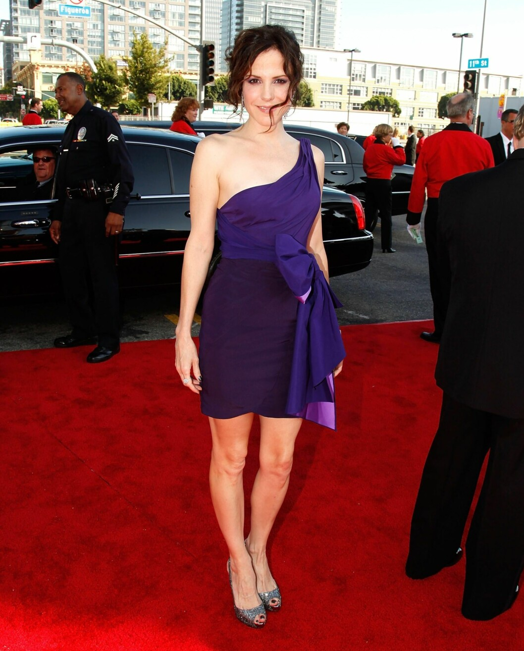 Skuespiller Mary-Louise Parker i en kort asymmetrisk kjole fra Zac Posen. Foto: All Over Press