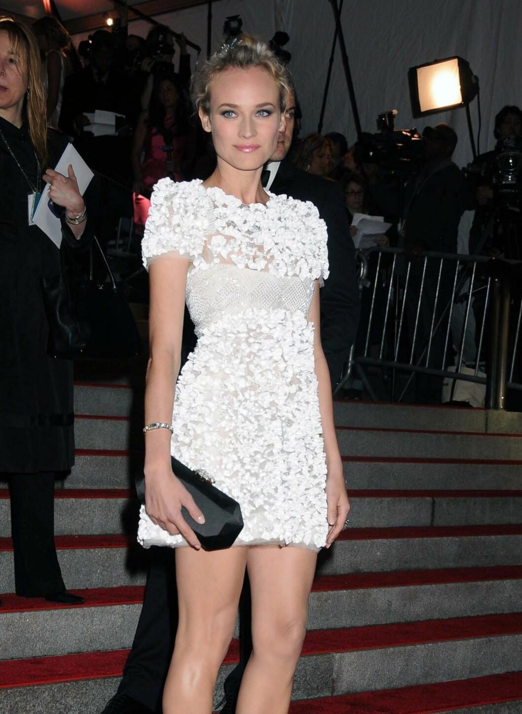 Diane er en av stjernene som ser like pyntet ut i kort som i lang kjole.  Foto: All Over Press
