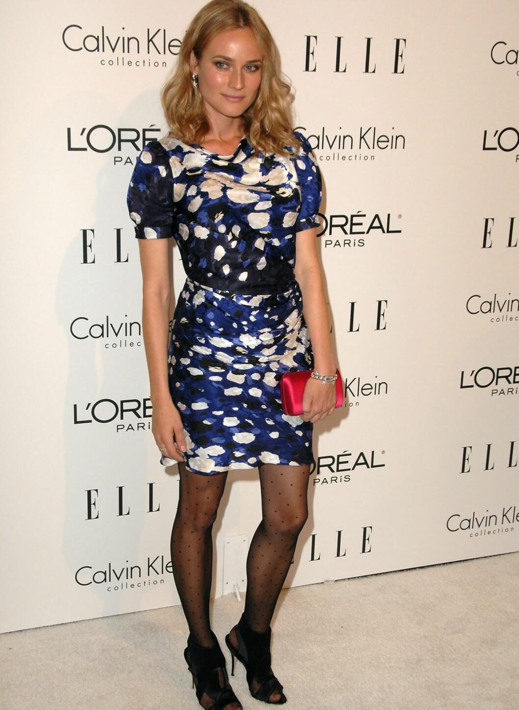 En enkel kjole lyses opp med clutch-veske i kontrastfarge. Foto: All Over Press