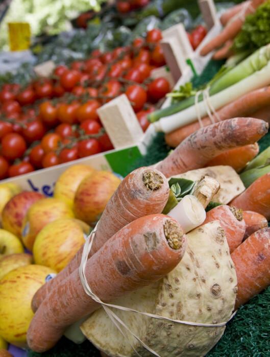 Spis frukt og grønt i alle regnbuens farger. Foto: colourbox.com