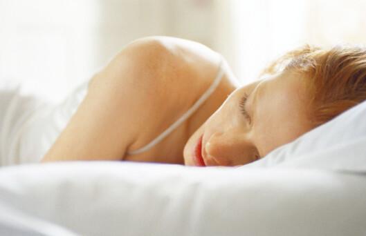Pass på at du ikke sover i et for lyst rom - selv lyset fra vekkerklokka kan virke forstyrrende. Foto: colourbox.com