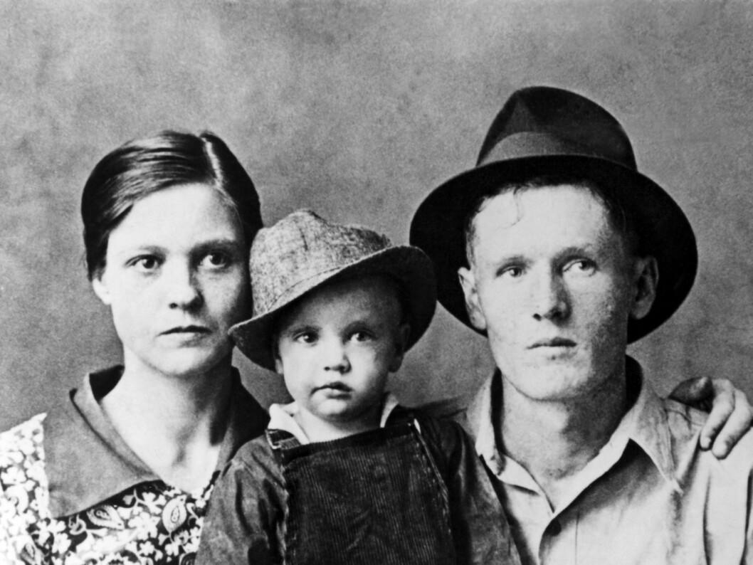 Elvis med foreldrene Gladys og Vernon i 1938. Foto: All Over Press
