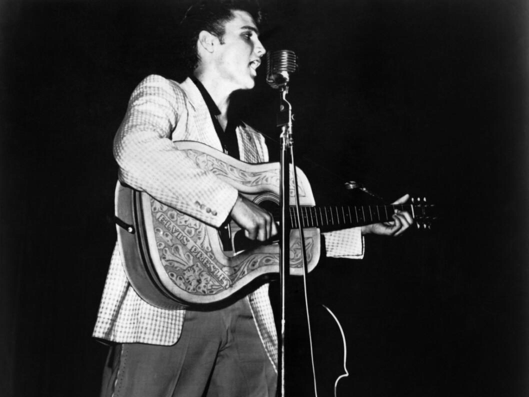 En ung Elvis med gitaren i 1956. Foto: All Over Press