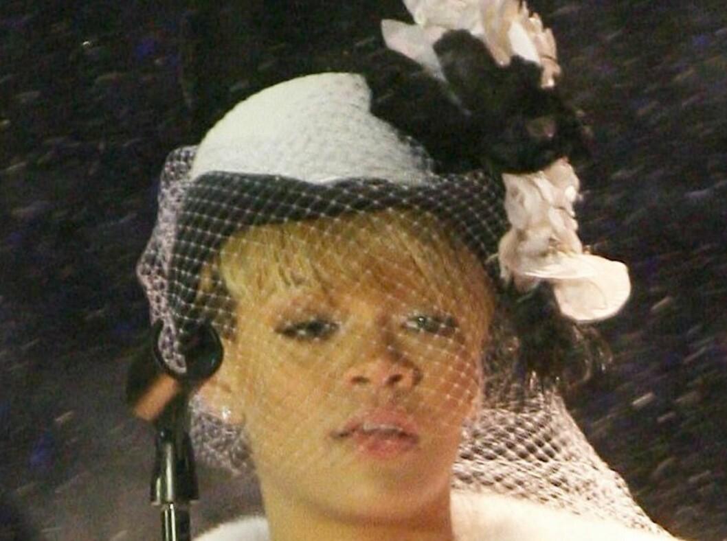 Rihanna har et stort utvalg av hodeplagg. Her har hun valgt en rund hatt med lekkert slør og store blomster. Foto: All Over Press