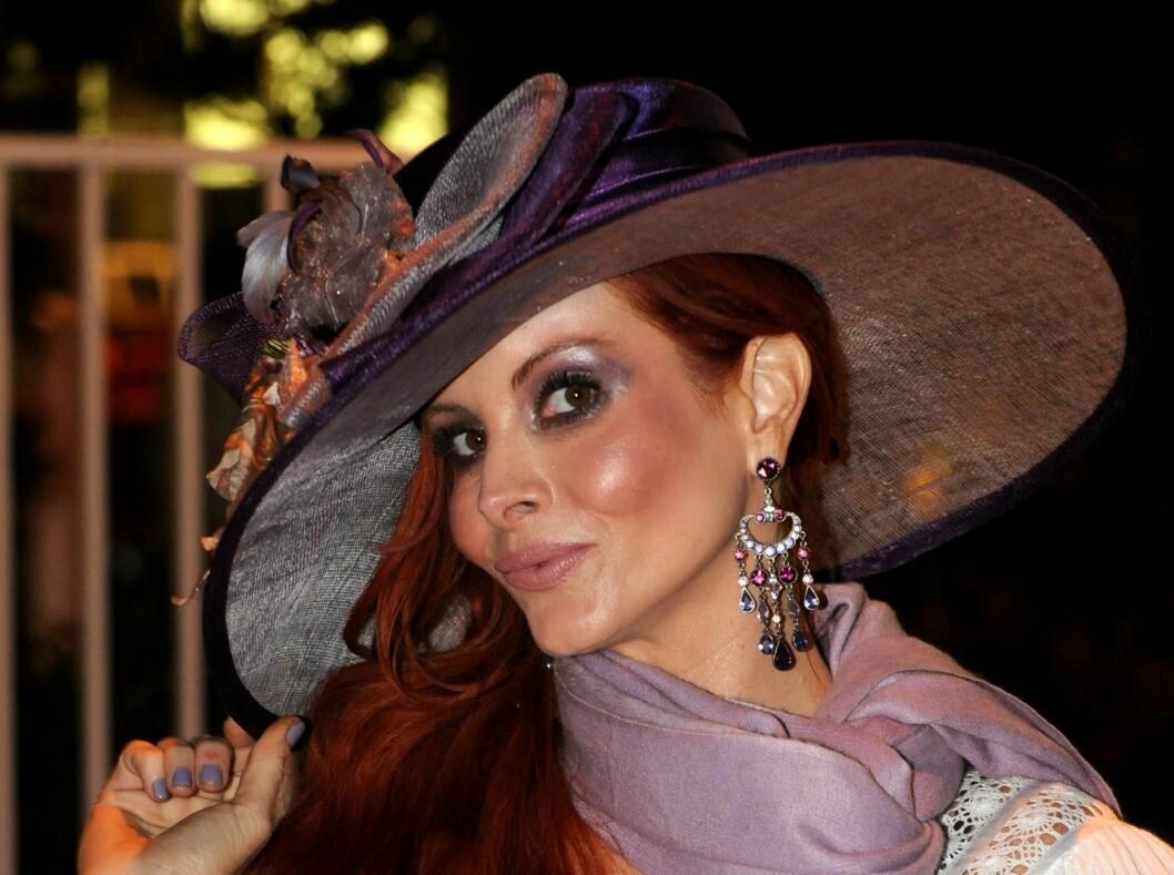 Skuespiller Pheobe Price har alltid på seg hatt. Her har hun valgt en stor variant med blomsterpynt. Foto: All Over Press