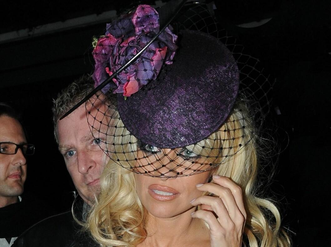Pamela Anderson pynter seg også med hatt når hun skal ut på fest. Denne hjelper henne med å se både sofistikert og sexy ut. Foto: All Over Press