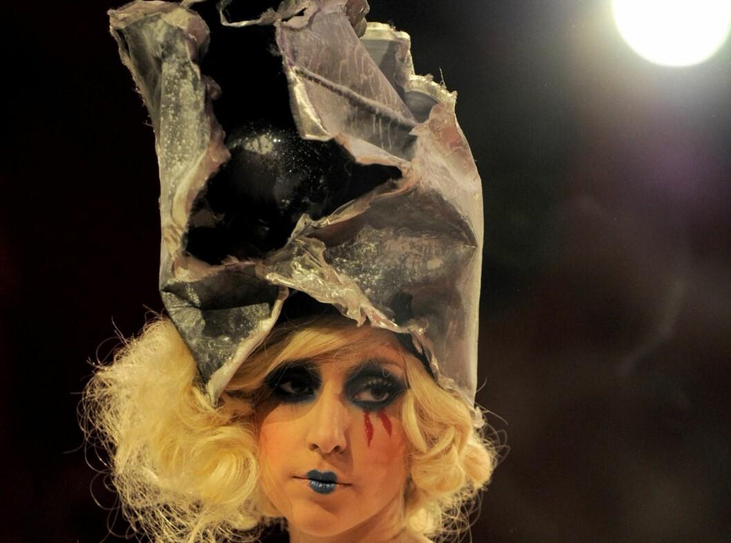 Lady Gaga i en hatt som likner mer på en resirkulert avis. Foto: All Over Press