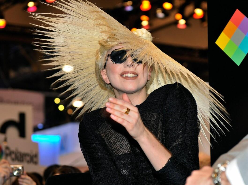 Som oftest skjuler store hatter hvem du er. Med denne hatten er det likevel ikke tvil om at Lady Gaga er ute i et av sine sprelske antrekk. Foto: All Over Press