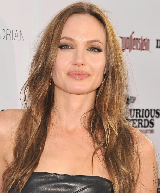 Angelina Jolie har et typisk firkantet kjeve- og hakeparti, og vil dermed være aller vakrest med en lang og bølgete frisyre.  Foto: All Over Press