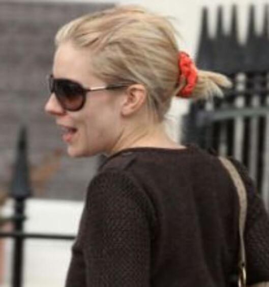 Her er bildebeviset: Stilikon og trendsetter Sienna Miller. Med den fryktede strikken.