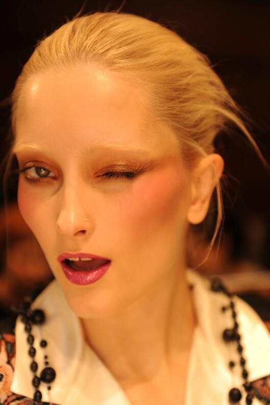 Backstage på moteuka i Paris kunne vi se modeller med lysnede øyebryn.    Foto: All Over PressAll Over Press