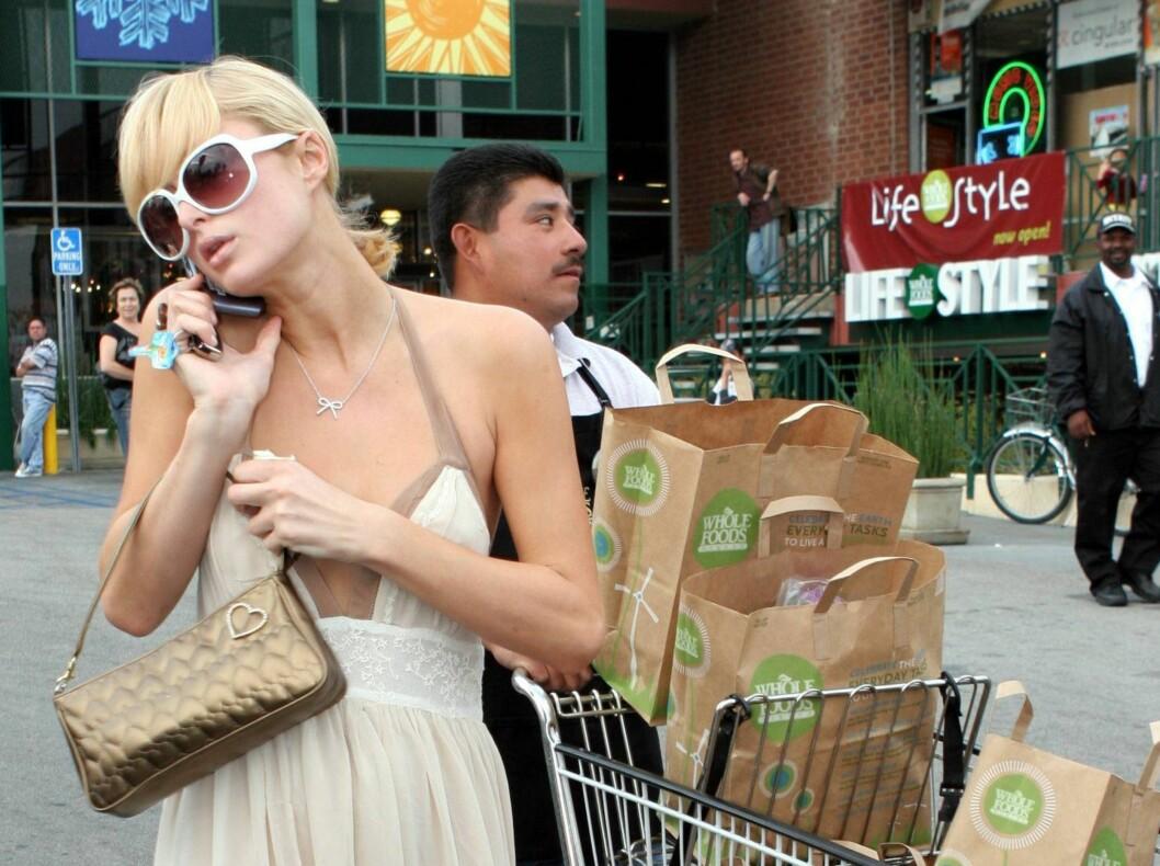 Selv rød løper-grossist Paris Hilton tar seg tid til å handle maten sin selv i blant. Kanskje fordi hun har skjønt at matbutikken er det perfekte sjekkested? Foto: All Over Press