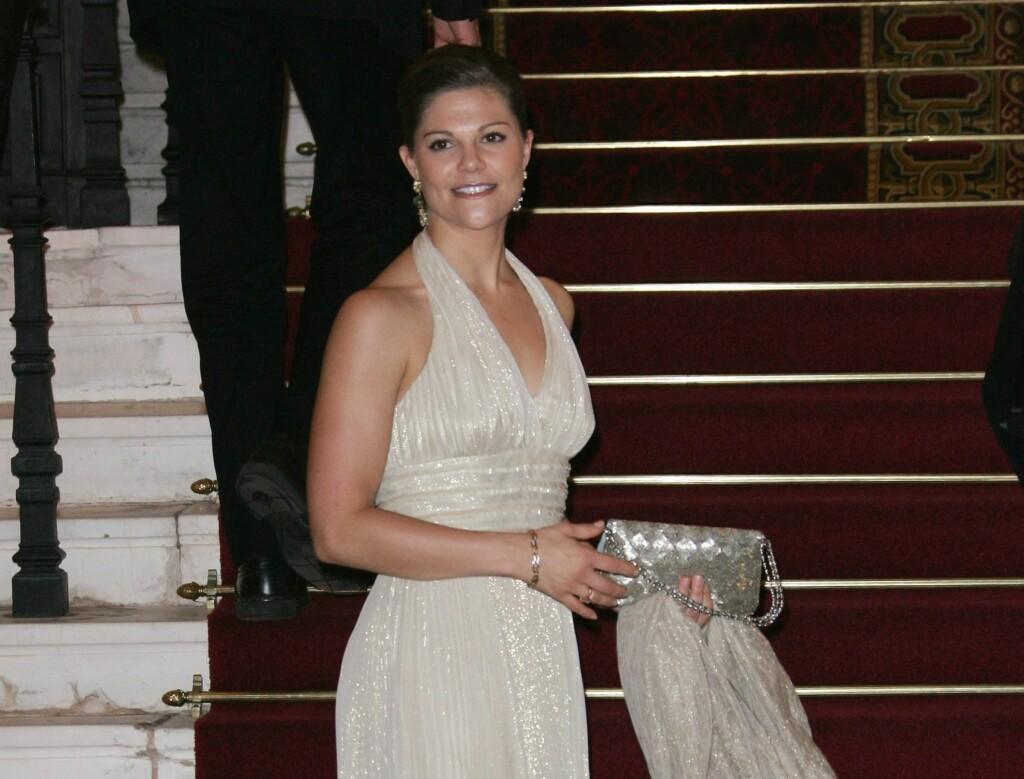 fdd0d637 MED PÅ MOTENE: Kronprinsesse Victoria gjør seg klar for å stå hvit brud ved  å