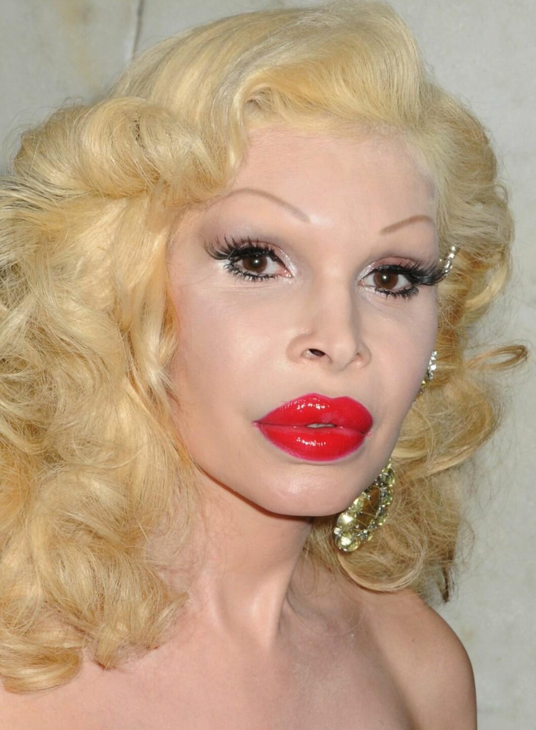 Amanda Lapore vil ikke si hvor mye penger hun har brukt på plastiske operasjoner av leppene, ei heller hvor gammel hun er. Men sikkert er det at hun i sin tid ble født som mann, og at det ikke er småpenger hun har lagt igjen på kosmetiske klinikker.  Foto: All Over Press