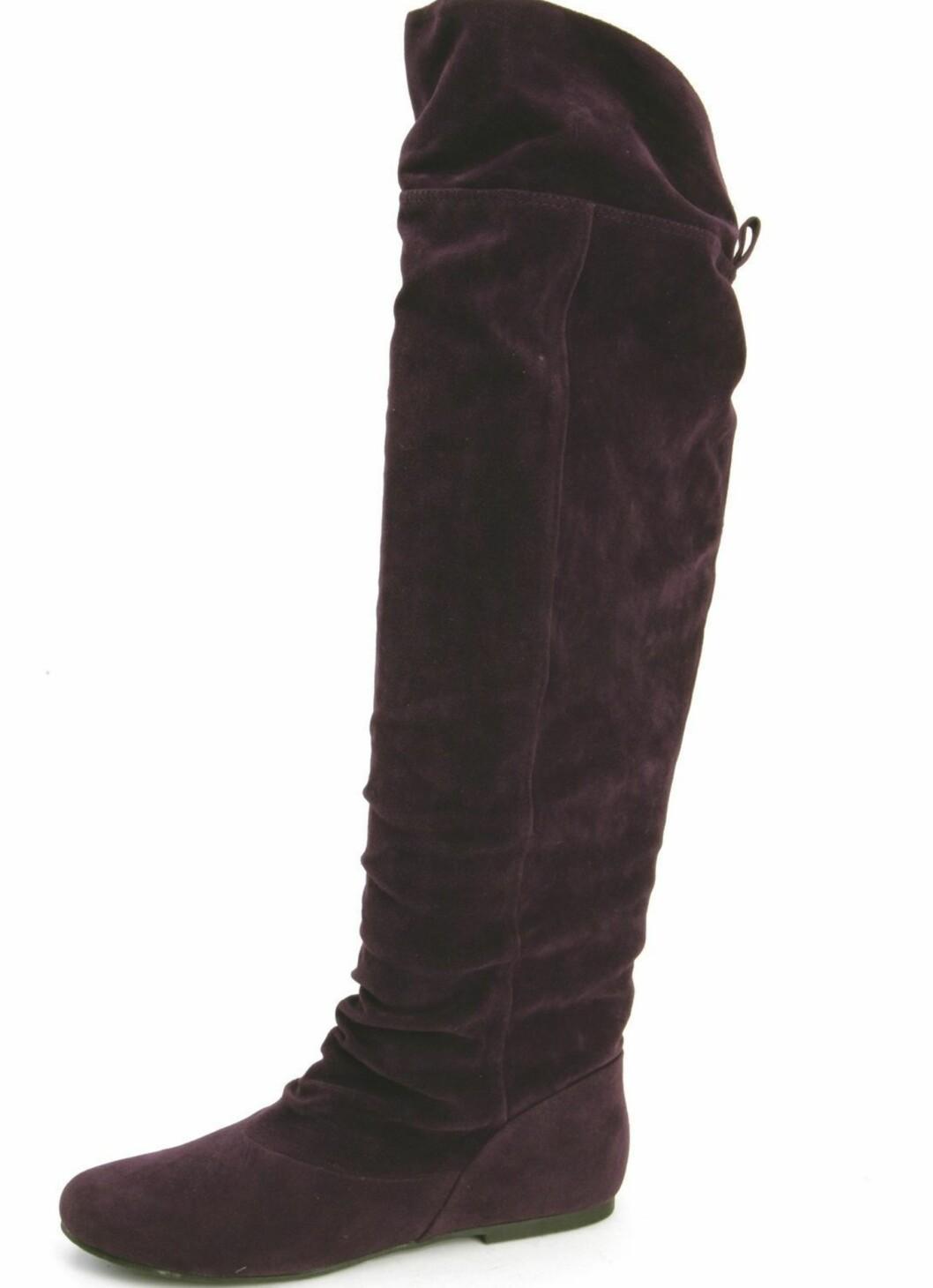 Høy lilla støvlett med knyting bak (kr 450, Ellos).