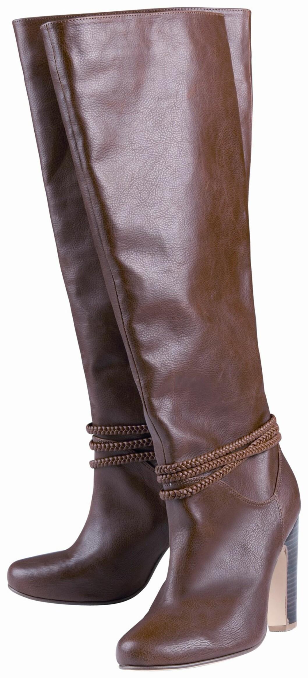 Lange brune støvletter med flettedetaljer (kr 500, H&M).
