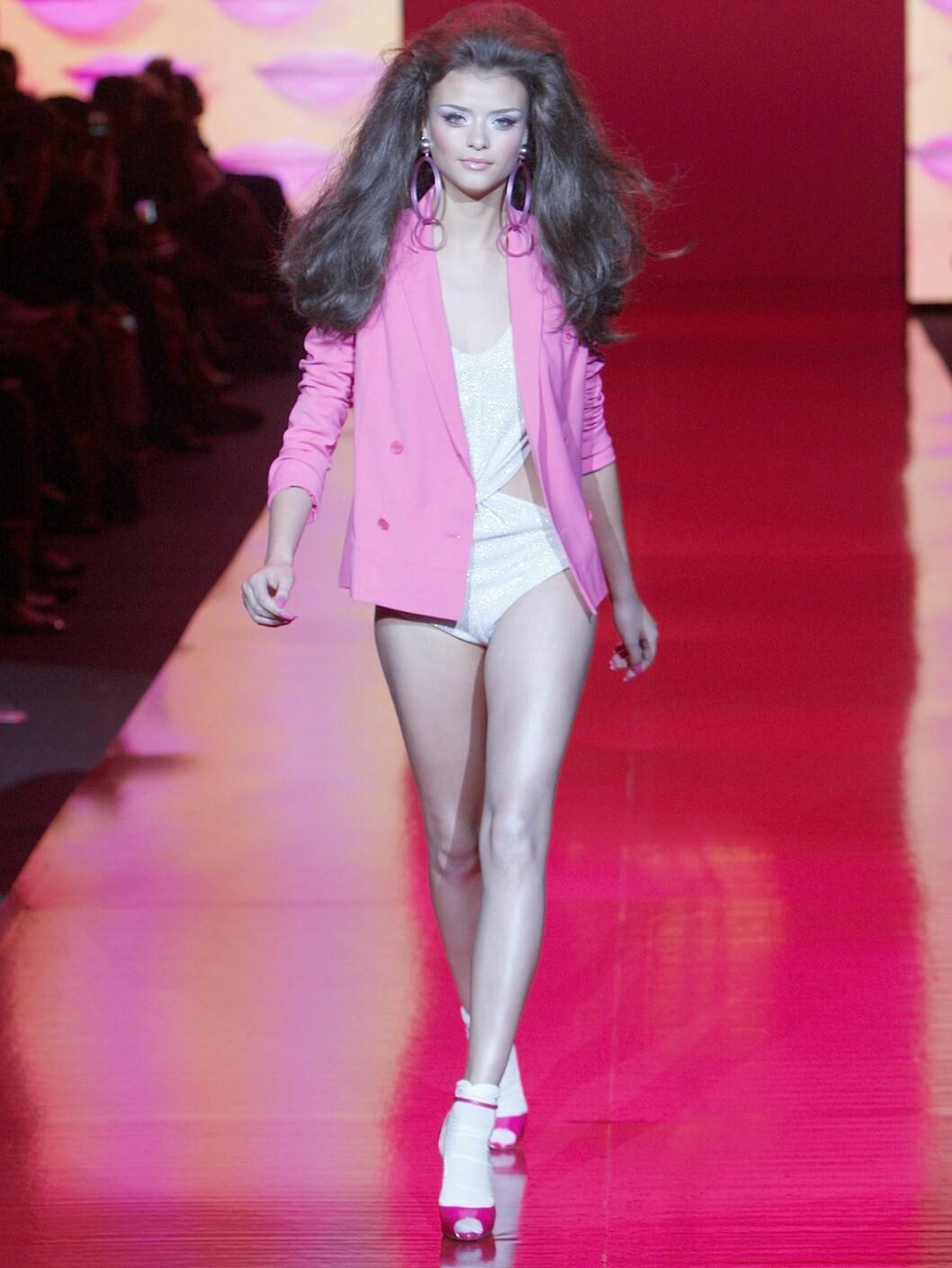 Hvite sokker i sjokkrosa sko på Barbie fashion show under moteuken i New York.   Foto: All Over Press