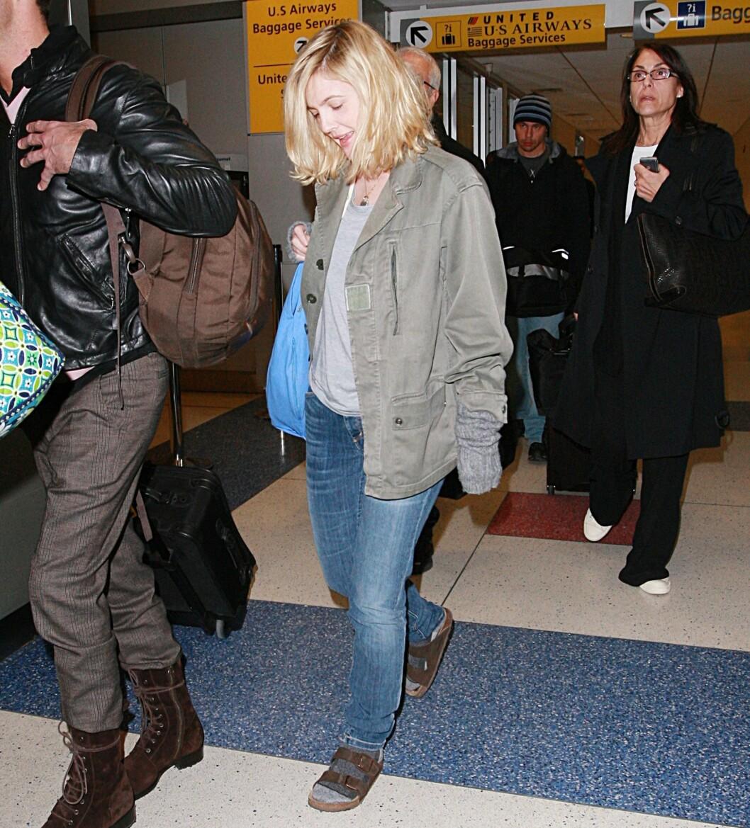 Ikke en fullt så glamorøs Drew Barrymore med grå ullsokker i sandalene...  Foto: All Over Press